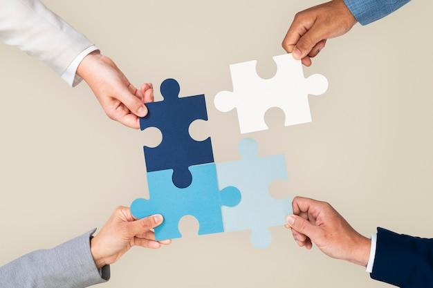 Mains tenant le concept de résolution de problèmes d'entreprise puzzle