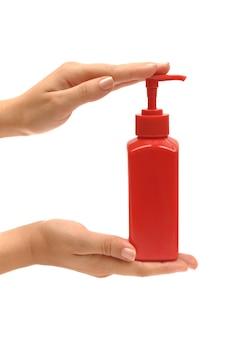 Mains tenant de la crème ou du savon. soin des mains.
