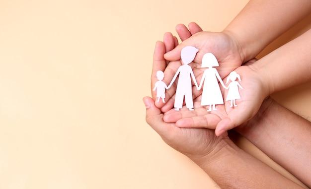 Mains tenant la découpe de la famille de papier