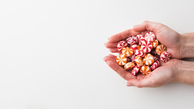 Mains tenant de délicieux bonbons