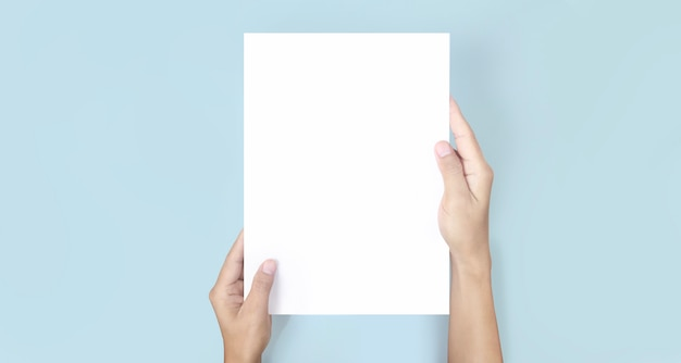 Mains tenant du papier vierge pour un papier à lettres