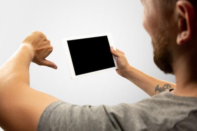 Mains tenant un gadget sur fond blanc
