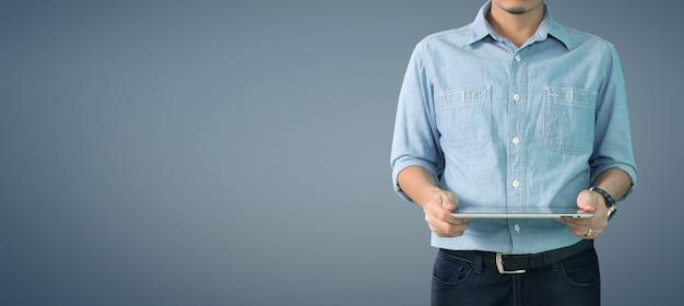 Mains tenant un gadget d'ordinateur tablette tactile avec écran isolé
