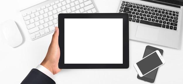 Mains tenant un gadget ordinateur tactile tablette avec écran isolé