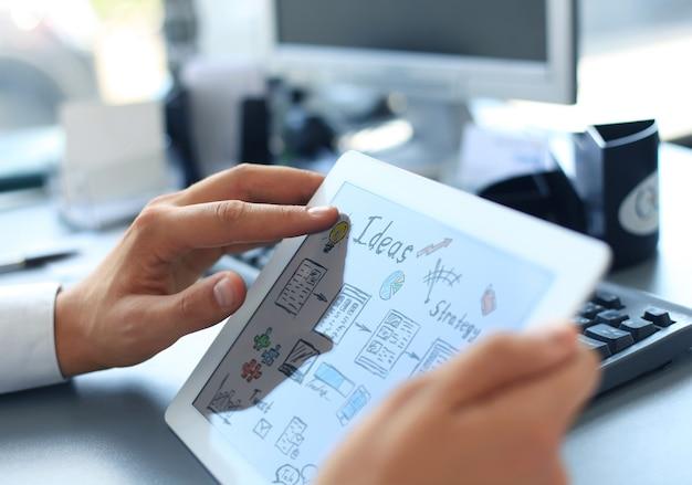 Mains tenant une idée de lancement de tablette numérique
