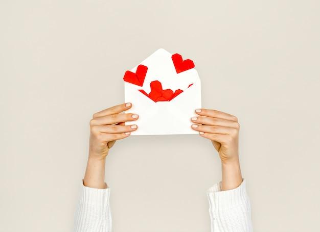 Mains tenant lettre d'amour de coeur