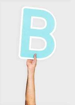 Mains tenant la lettre b