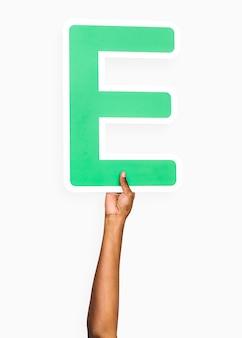Mains tenant la lettre e