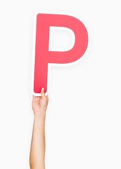 Mains tenant la lettre p