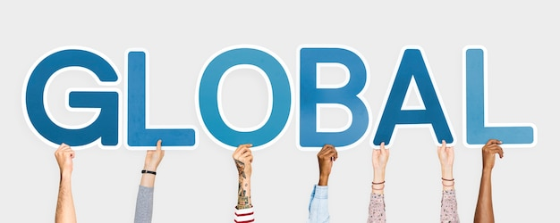 Mains tenant des lettres bleues formant le mot global