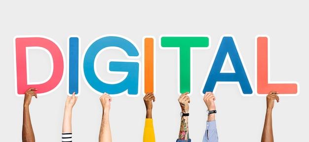 Mains tenant des lettres colorées formant le mot numérique