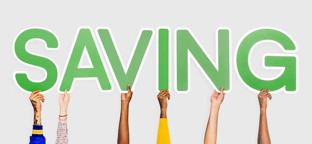 Mains tenant des lettres vertes formant le mot sauver