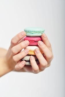 Mains tenant des macarons français