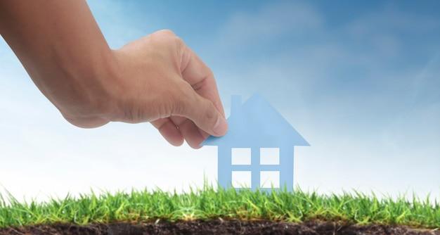 Mains Tenant La Maison De Papier, La Maison Familiale Et La Protection Du Concept D'assurance Photo Premium