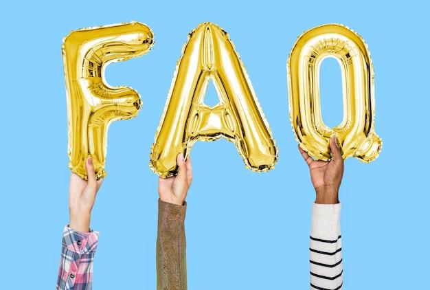 Mains tenant le mot faq en lettres en ballon