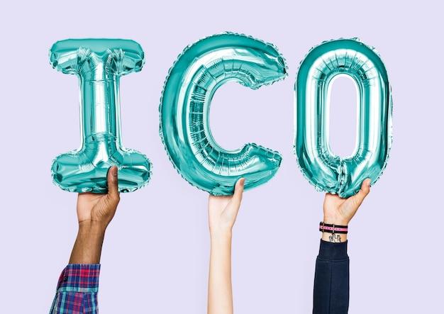 Mains tenant le mot ico en lettres ballon