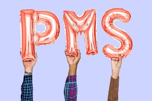 Mains tenant le mot pms en lettres en ballon