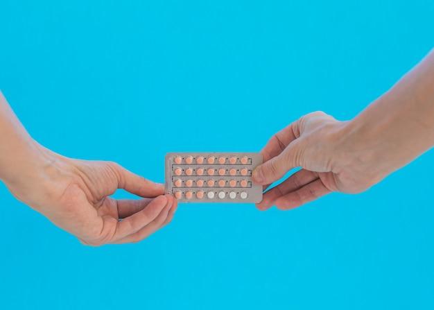 Mains tenant des pilules contraceptives