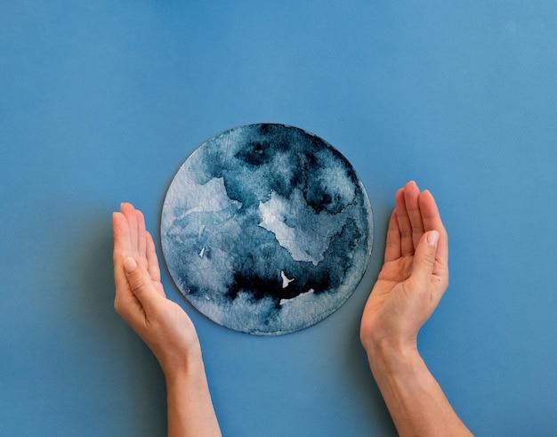 Mains tenant un puzzle inachevé en forme de globe. protéger le concept de planète