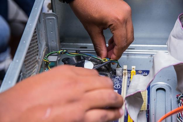 Mains tenant un refroidisseur d'ordinateur