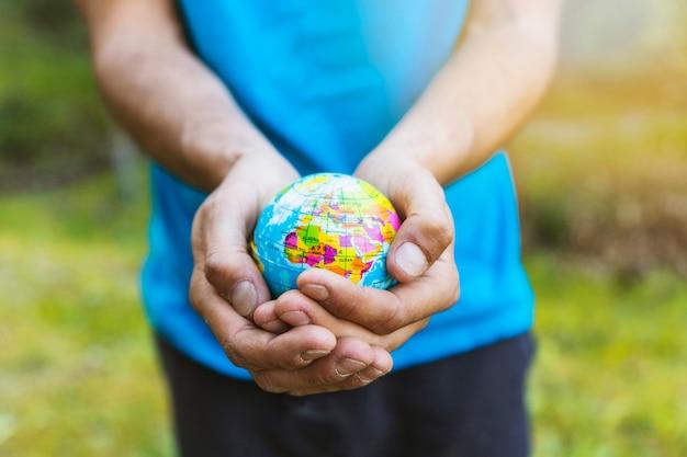 Mains tenant soigneusement la sphère