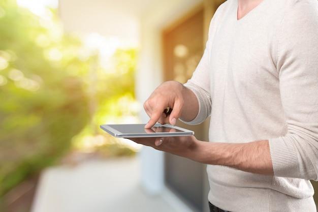 Mains tenant une tablette