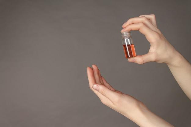 Mains tenant le vaccin contre le virus