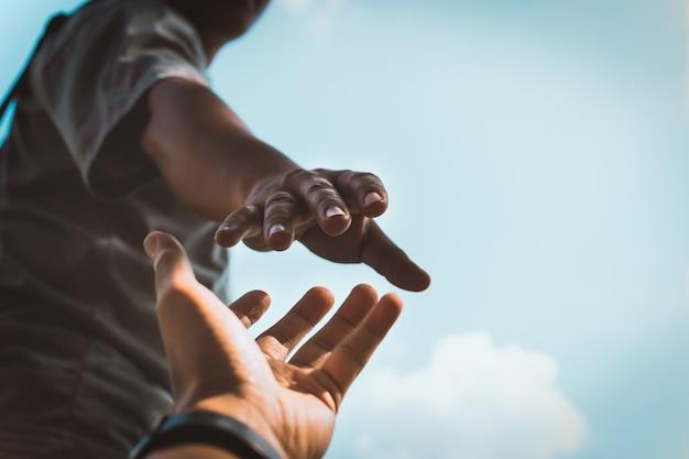 Mains tendues pour aider.