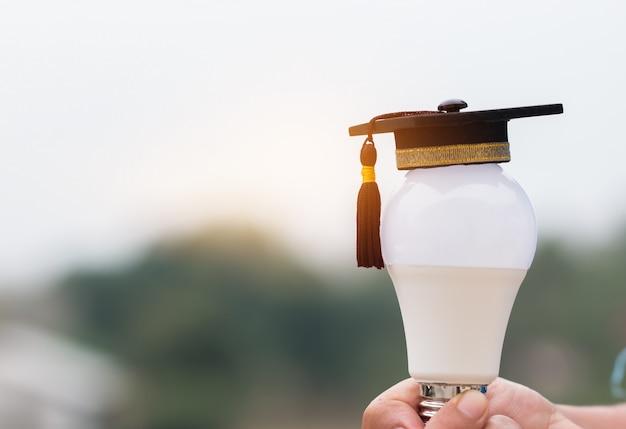 Mains, tenue, ampoule, à, gradué, casquette