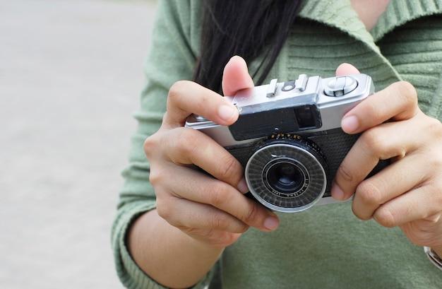 Mains tiennent l'ancien appareil photo manuel