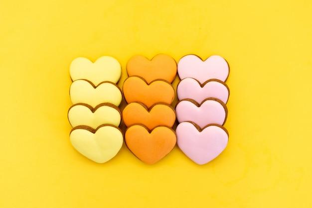 Les mains tiennent des biscuits en forme de coeur