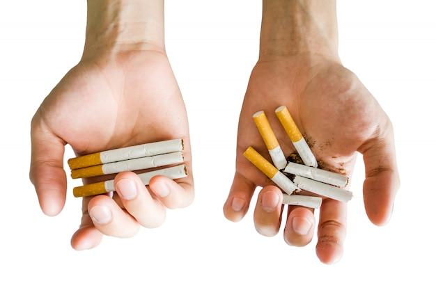 Les mains tiennent la cigarette à part entière ou en pause