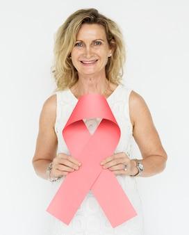 Les mains tiennent à montrer la sensibilisation au cancer du ruban rose