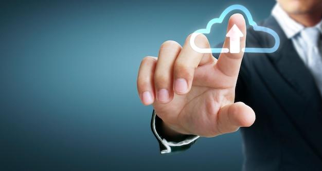 Mains touchant le bouton de l'écran de l'interface de connexion globale réseau client