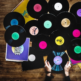 Mains avec tourne disque vinyle