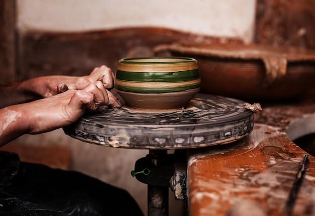 Mains travaillant avec de l'argile