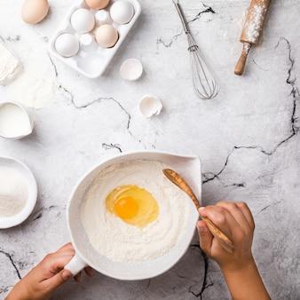 Mains travaillant avec du pain de recette de préparation de pâte, faisant des ingrédients, de la nourriture