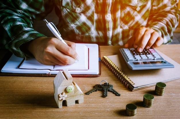 Mains travaillant avec des objets de bureau
