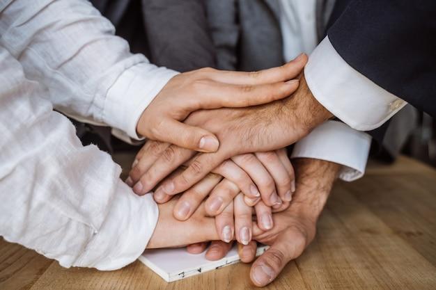Mains unies de l'équipe commerciale