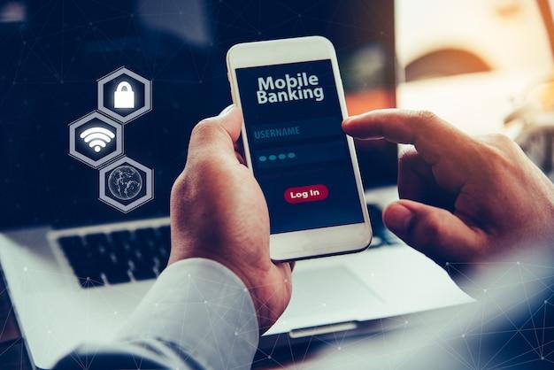 Mains utilisant les services bancaires mobiles sur smartphone