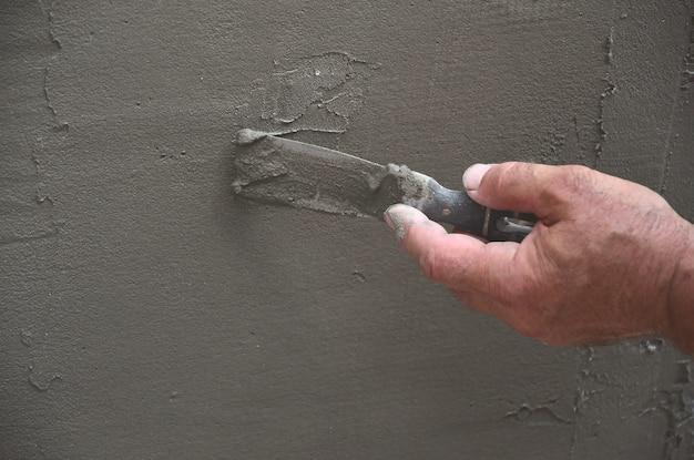Mains, vieux, ouvrier, mur, plâtrage, outils, rénover, maison