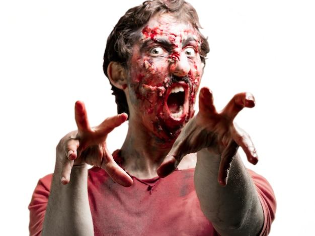 Mains et le visage plein de sang zombie