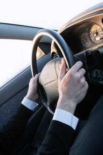 Les mains sur le volant