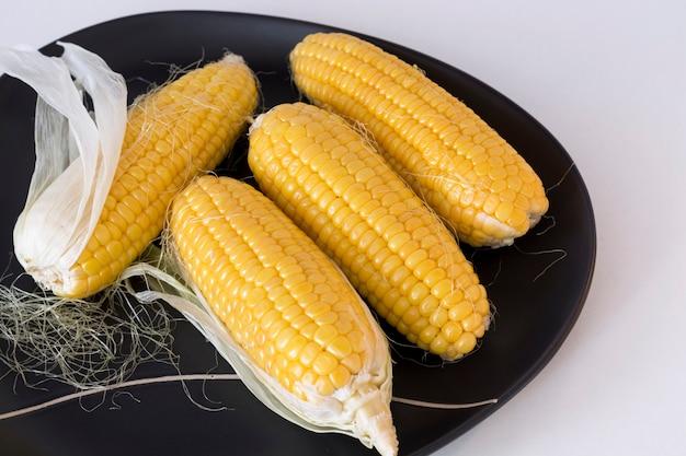 Maïs biologique cru sur une assiette
