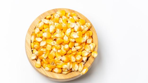 Maïs sur un bol en bois