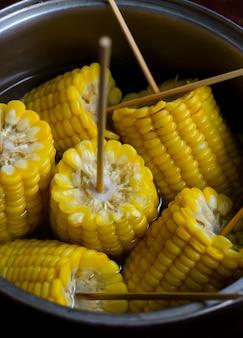 Maïs bouilli en épi