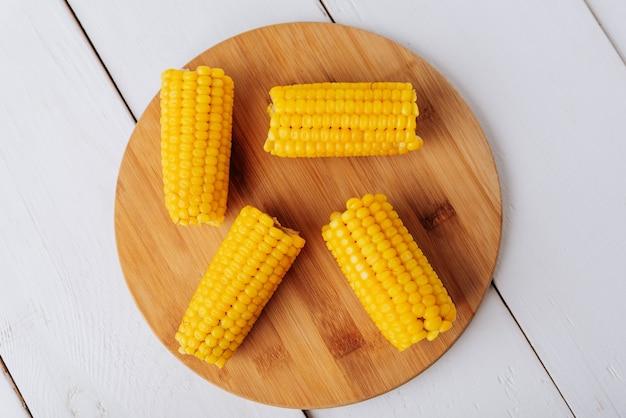Maïs bouilli sur un fond naturel en bois blanc 1