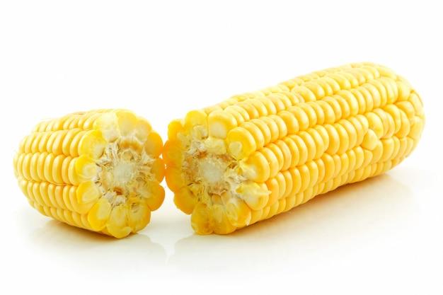 Maïs cassé mûr isolé sur blanc