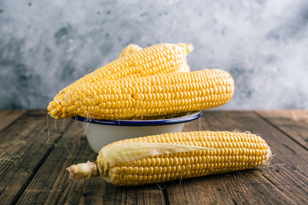 Maïs cru frais en épi sur bois