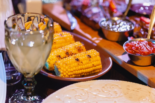 Maïs cuit au four sur la table du restaurant